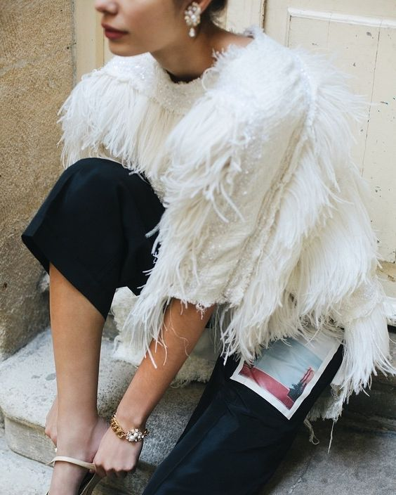 womens-fashion-inspiration-white-fringe-feathers