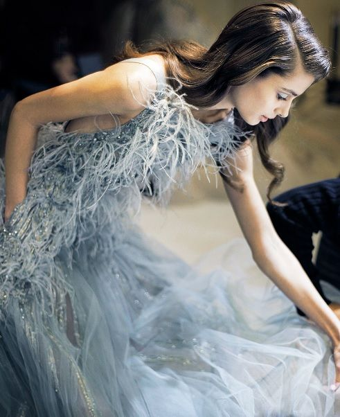 womens-fashion-look-blue-feathers