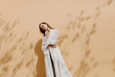 womens-fashion-ideas-white-denim-bright-colors-chic-sunglasses