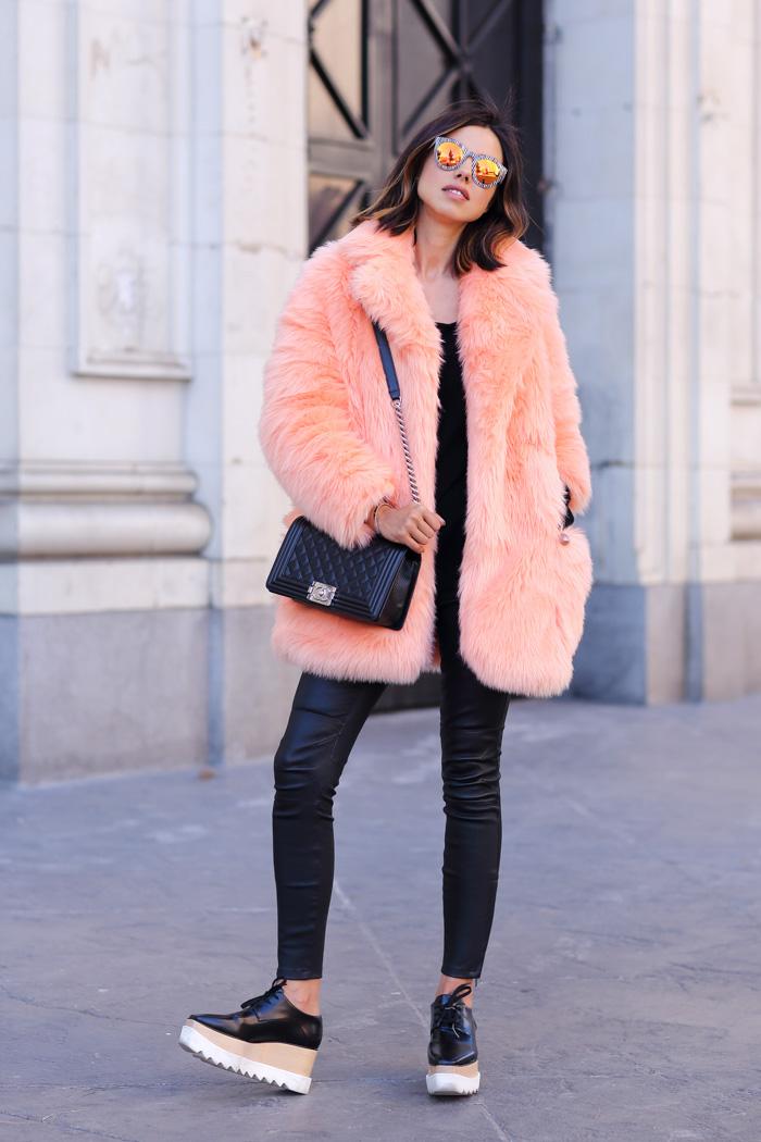 womens-fashion-ideas-multicolor-chain-bags-skinny-pants-neon