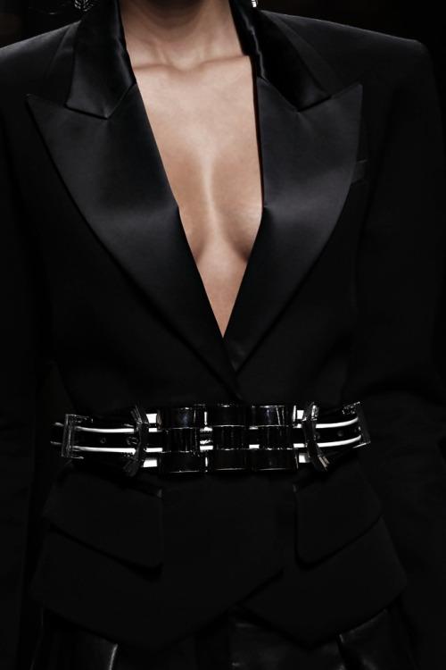 womens-fashion-inspiration-black-buckles-all-black