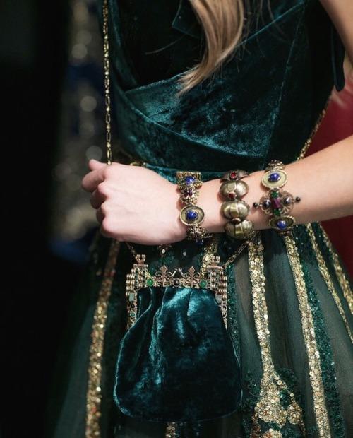 womens-fashion-ideas-green-velvet-embroidery